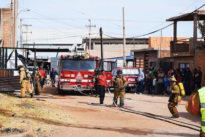 Al menos dos hogares sufrieron daños por la intensa radiación que emitieron las llamas.