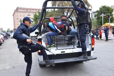 Se realizó un despliegue policiaco que derivó en la captura de los supuestos ladrones, mismos que fueron sometidos y asegurados en la parte exterior del local.