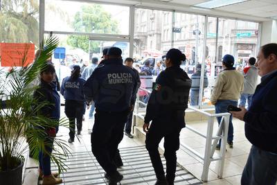 Cuatro sujetos con armas de fuego cortas ingresaron al sitio y con lujo de violencia amagaron a los empleados para despojarlos del dinero en efectivo y de sus pertenencias.