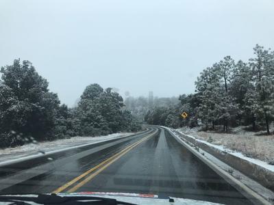 La Secretaría de Comunicaciones y Transportes (SCT), informó la presencia de nieve sobre carretera Durango-Mazatlán, a la altura del kilómetro 55.