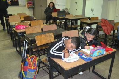 El frío y las lluvias provocaron ausentismo en algunos planteles educativos.