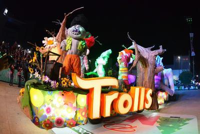 Trolls llevó color a las calles.