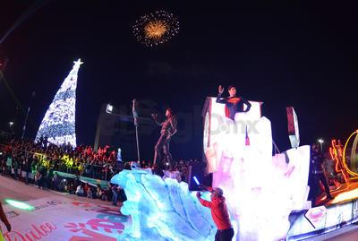 Durante el recorrido y hasta el fin del desfile se estuvieron lanzando fuegos pirotécnicos que iluminaron el cielo de la ciudad.