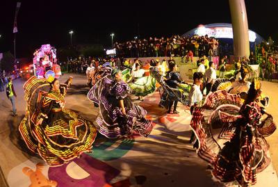 Cientos de personas formaron parte del desfile, entre personajes de películas y bailarines.