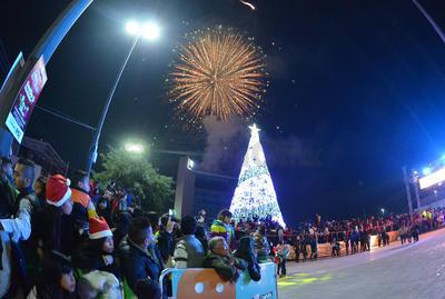 Previo al evento en la Plaza Mayor alumnos de distintas instituciones educativas presentaron cantos y cuentos navideños.