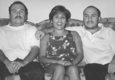 17122017 José, Ma. Dolores y Jesús festejando su cumpleaños, hace algunas décadas.