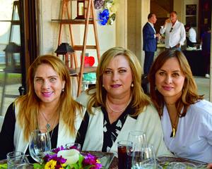 21122017 EN FESTEJO DE CUMPLEAñOS.  Laura, Bárbara y Pilar.