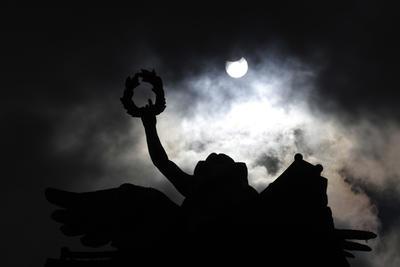 21 de agosto. Eclipse | Un eclipse de Sol que se ve de forma parcial en el país, maravilla a los mexicanos.