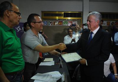 08 de junio. Constancia | El Comité Municipal Electoral en Torreón, entregó la constancia de mayoría al candidato electo a la alcaldía del Partido Acción Nacional (PAN) Jorge Zermeño Infante.