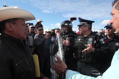 """""""Hoy no haremos nada, nosotros nos retiramos por hoy, pero platiquen con las autoridades y lleguen a un acuerdo"""", dijo el Comisariado de la Policía Federal Rafael Carreón Garrido."""