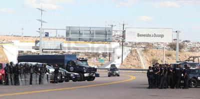 Durante el diálogo de aproximadamente 10 minutos entre los ejidatarios y el comisariado de la federal, una persona estuvo hostigando al jefe policíaco quien en varias ocasiones le pidió guardar silencio hasta llegar un momento en que el propio comisario Carreón Garrido se abalanzó contra el manifestante.