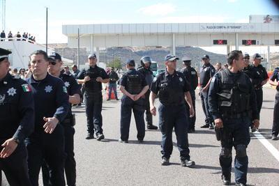 La policía federal y los antimotines llegaron alrededor del medio día con toda la intensión de proceder al desalojo de los ejidatarios de la primera caseta tomada desde la mañana del sábado 9 de diciembre.