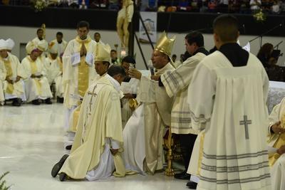 29 de noviembre. Obispo | Tras recibir los signos (anillo, mitra y báculo), de parte del Nuncio Apostólico, Fanco Coppola y el Administrador Apostólico, José Guadalupe Galván, fue ordenado Obispo de Torreón, Luis Martín Barraza.