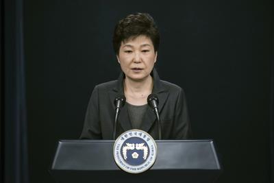10 de marzo. Destitución | La Corte Suprema de Corea del Sur destituye a la presidenta Park Geun-hye a causa de un escándalo de corrupción.