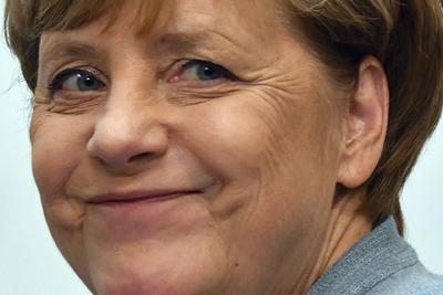 24 de septiembre. Elecciones | En Alemania se celebran elecciones federales, Angela Merkel es reelegida Canciller.