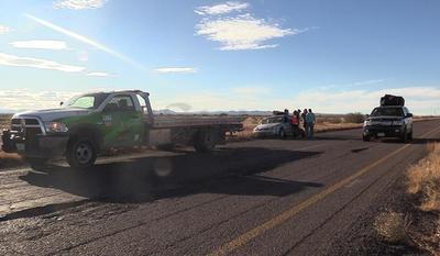 Había vehículos con placas de Michoacán, California, Chihuahua, Nuevo León, Coahuila, entre otros, con una, dos, tres o hasta las cuatro llantas destrozadas.