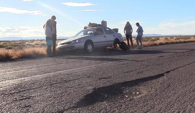 A la mitad de la nada, tres músicos de rock independiente de origen estadounidense, esperan la llegada de la grúa para reparar el auto en el que buscan recorrer diversos países de Latinoamérica.