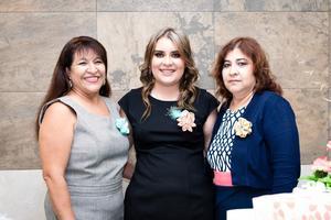 23122017 La novia acompañada por su suegra, Lourdes García, y su madre, Blanca Almanza.