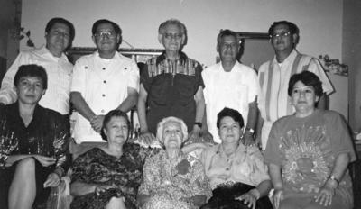 24122017 Martha Estela, María del Carmen, Rosario, Luis, Rodolfo, Héctor, Martín, Guillermo y Ricardo en el onomástico y cumpleaños de la Sra. Doma María Herrera Vda. de Álvarez en 1994