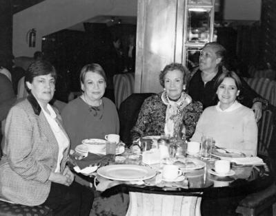 24122017 Sra. Magda Mendez, Sra. Mariza Gidi (f), Sra. Olivia de la Fuente, Sra. Roberta de Pérez y Sra. Lucía de B. en el Casino Torreón en 1960.