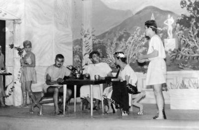 """24122017 Miguel Ángel, Alberto, Gustavo, Manuel, Aurelio, Adela y Ernestina en la obra de teatro """"Zeus no usaba raticida"""", el 2 de agosto de 1961."""