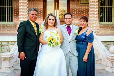 24122017 Los novios acompañados por Armando Gallardo Aguilera y Lourdes García Ortega.
