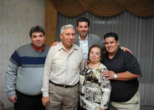 24122017 BODAS DE ORO.  Gustavo Núñez y Martha de la Fuente de Núñez con sus hijos.