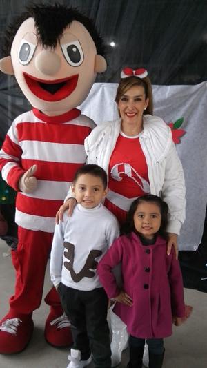 24122017 CELEBRAN LA NAVIDAD.  Santiaguito y Ximenita López Hernández con Bely y Beto.
