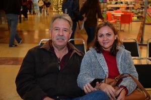27122017 EN EL MALL.  Ricardo León y señora.