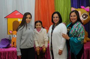 28122017 CELEBRA SIETE AñOS.  Ana Fer Armendáriz del Valle con su mamá, Ana Paty del Valle Palacios, y sus abuelitas, Rosy Armendáriz y Patricia Palacios.