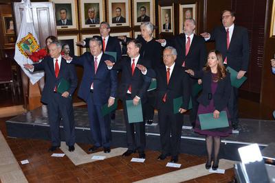 02 de diciembre. Gabinete | El gobernador de Coahuila, Miguel Ángel Riquelme Solís, presentó a los 10 primeros integrantes de su gabinete, a quienes les hizo un llamado a hacer frente a los retos de los tiempos actuales.