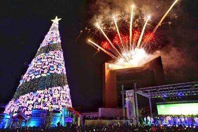 05 de diciembre. Navidad | Ante la presencia de autoridades estatales, municipales y religiosas fue encendido el monumental Pino Navideño e inaugurada la pista de Hielo instalados en la explanada de la Plaza Mayor.