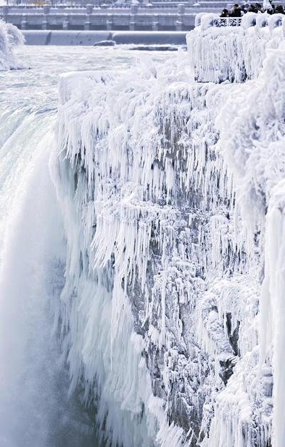 Usualmente para la temporada invernal, las Cataratas del Niágara suelen cubrirse en su totalidad con diversas capas de hielo y nieve, sin que estas afecten su flujo de agua.