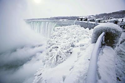 Las Cataratas del Niágara, ubicadas en la frontera entre Canadá y Estados Unidos, amanecieron congeladas este jueves.