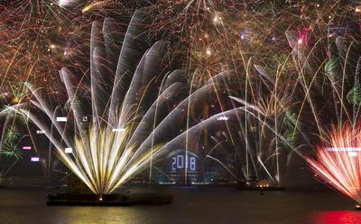 Japón iluminó sus cielos para recibir el 2018 con imponentes fuegos artificiales.