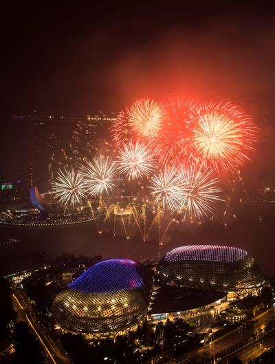 Singapur lleno el cielo de luces para celebrar el año nuevo.