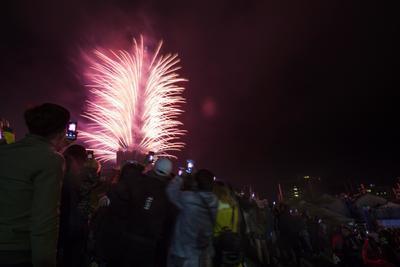 Los juegos pirotécnicos acompañaron la celebración en gran parte de los lugares que ya viven las primeras horas del 2018.