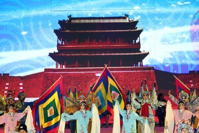 La gente en Pekín muestra su colorido por el año que recién comienza.