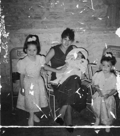 Sra. María Luisa de Rivera y sus hijos, Yorgan y Sandra, y su sobrina, Araceli, en 1980.
