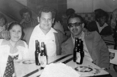 En el festejo de Año Nuevo: Sr. Adán Miranda, Sr. José Luis Rivera Cháirez y Sra. Graciela en el Salón Patio Las Palmas en 1974.