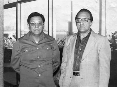 Víctor Calderón, administrador del Hospital ISSSTE en Torreón, acompañado del Sr. Rodolfo Álvarez, el 24 de octubre de 1976.