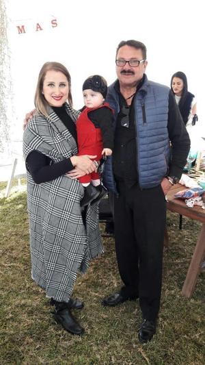 31122017 EN FAMILIA.  Pepe con su hija, Vania, y su nieta, Julia, en fiesta decembrina.