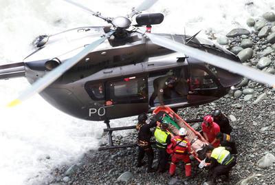 Los seis heridos rescatados tienen múltiples fracturas y fueron trasladados en helicóptero a dos hospitales del Callao.