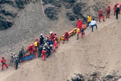 Un total de 150 bomberos están trabajando en el rescate y subiendo a los fallecidos con sogas, uno cada 20 minutos.