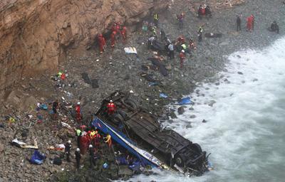 """El accidente se produjo en la carretera Panamericana Norte, a unos 45 kilómetros de Lima, en una zona conocida como """"La curva del diablo"""", que recorre un acantilado sobre el océano Pacífico."""