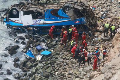 """El vehículo quedó de cabeza, a la orilla del mar, en una zona """"completamente inaccesible y ya está subiendo la marea"""", explicó Lynch para graficar la dificultad del rescate."""