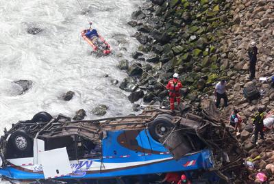 """Los rescatistas han recuperado """"48 (cadáveres) hasta el momento"""" y trabajan para poder liberar a otro número de supuestas víctimas de los restos del autobús, que viajaba con 57 pasajeros."""