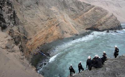 Al menos 48 personas fallecieron y seis resultaron heridas ayer después de que un autobús de pasajeros cayera a un abismo junto al mar en una zona conocida como Pasamayo, en el norte de Lima, informó el Ministerio de Salud.