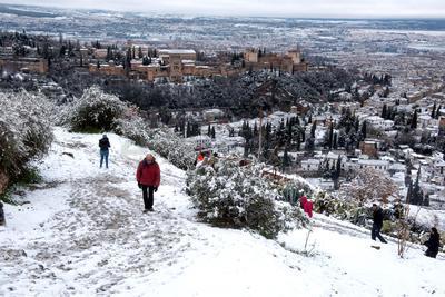 El temporal de lluvia y frío que afecta a gran parte de España ha dejado decenas de kilómetros de carreteras cortadas entre el sábado y hoy en el centro del país.