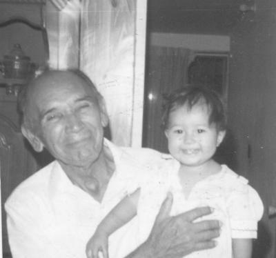07012018 Sr. Enrique Soto Hernández (f) con su nieta, en 1984